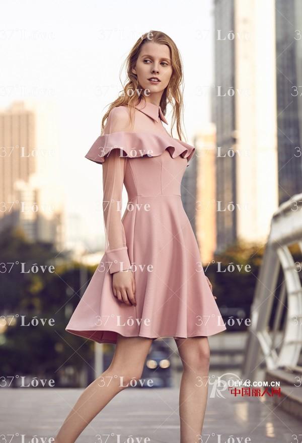 什么颜色的连衣裙好看 流行色中的什么颜色最百搭